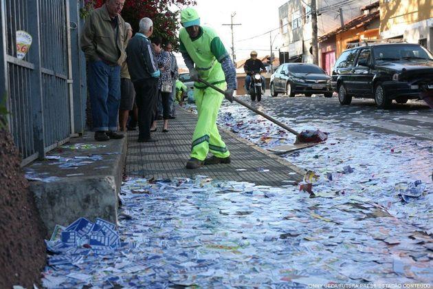 Santinhos espalhados pelas ruas causam queda de idosas em São Carlos e Sorocaba. Até
