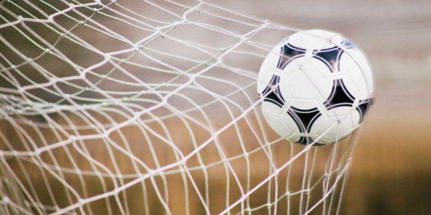 Cinco lances polêmicos no futebol envolvendo a linha do gol