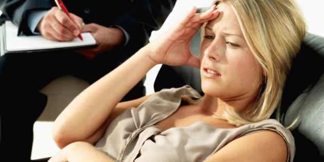 Dores de cabeça podem ser sinal de que você precise ir ao psicólogo — e não necessariamente ao médico.