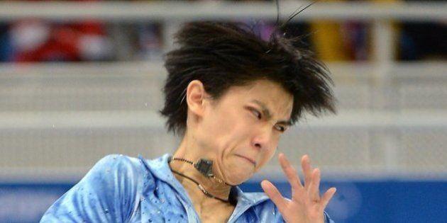 Atletas da patinação artística são fotografados com rostos esquisitos