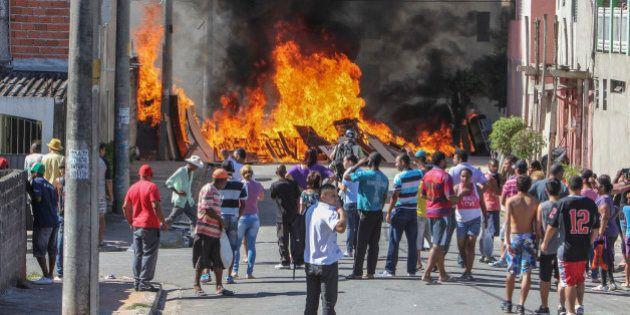 PMs entram em choque com moradores da zona leste durante reintegração de