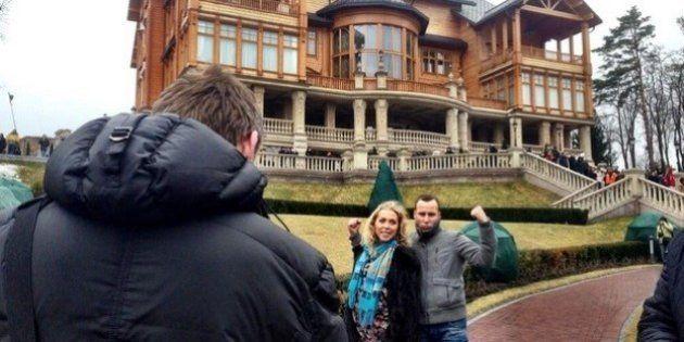Ucrânia: com presidente deposto, ucranianos fazem tour e se divertem pelos riquíssimos aposentos oficiais