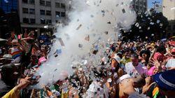 FOTOS: Blocos desfilam em meio a confusão no