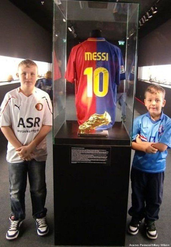 Menino de foto histórica do futebol tem hoje 17 anos