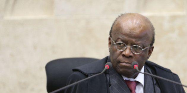 Julgamento do mensalão é retomado após críticas de Barbosa a voto de