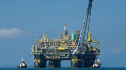 Plataforma de petróleo inclina na Bacia de