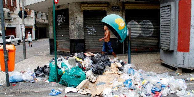 Carnaval da sujeira: greve de garis deixa ruas do Rio com lixo acumulado