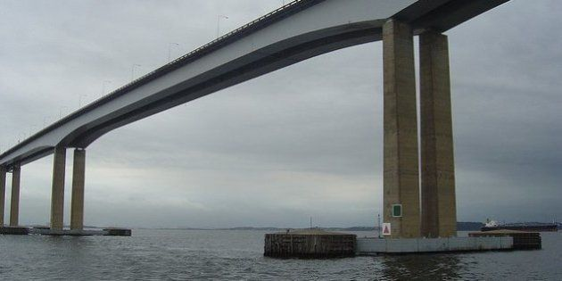 Ponte Rio-Niterói: carro capota 7 vezes e cai no