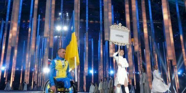 Ucrânia participa dos Jogos Paralímpicos de Sochi e faz protesto velado na abertura; Brasil estreia nos