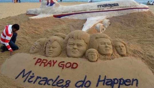Emocionante a obra de arte feita por um escultor de areia aos familiares dos passageiros do voo que