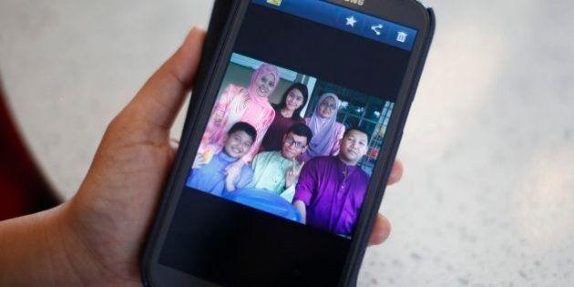 Avião desaparecido na Malásia: familiares dizem que conseguem ligar para