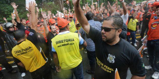 Greve de agentes penitenciários lota delegacias de São
