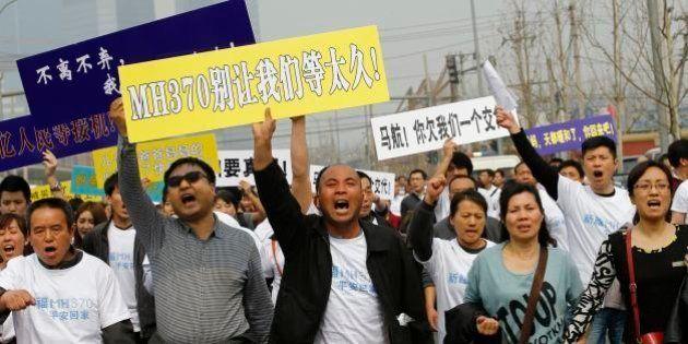 Familiares de passageiros do voo MH370 se revoltam contra