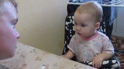 ASSISTA: Não entendemos nada, mas amamos esta bebê discutindo com o pai