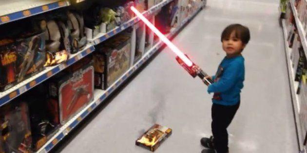 Pai transforma brincadeiras do filho em cenas de filmes de ação