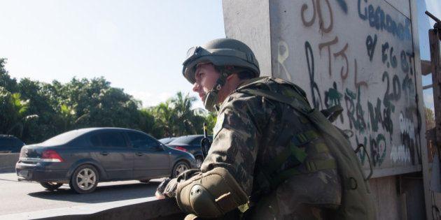 Forças Armadas ocupam Complexo da Maré, no