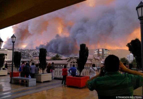 Incêndio deixa mortos e destrói 500 casas em Valparaíso, no