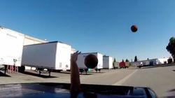 FO-DA: homem faz truques com bolas de basquete enquanto