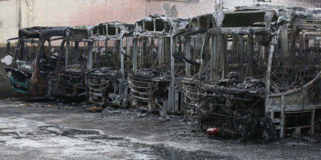 Mais de 30 ônibus são incendiados em empresa na Grande São