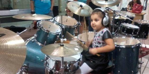 Menina de quatro anos ganha destaque na internet tocando bateria em cover do AC/DC (VÍDEO)
