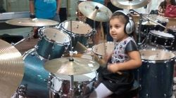 ASSISTA: essa menina de quatro anos vai te surpreender tocando
