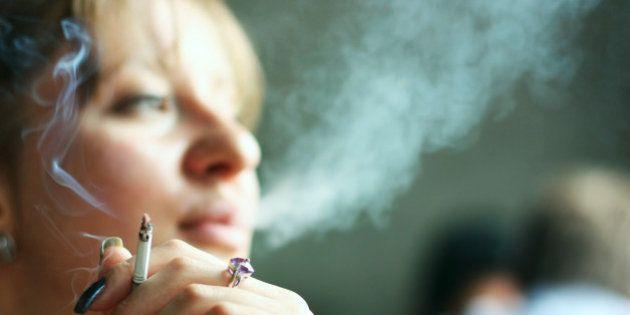 Fumar em locais públicos fechados implicará multa de R$ 201 em