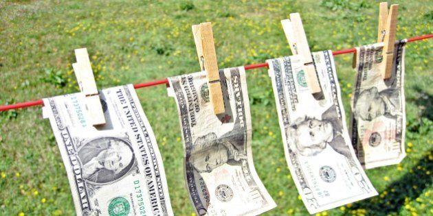 Mulher falsifica notas de dólar com impressora