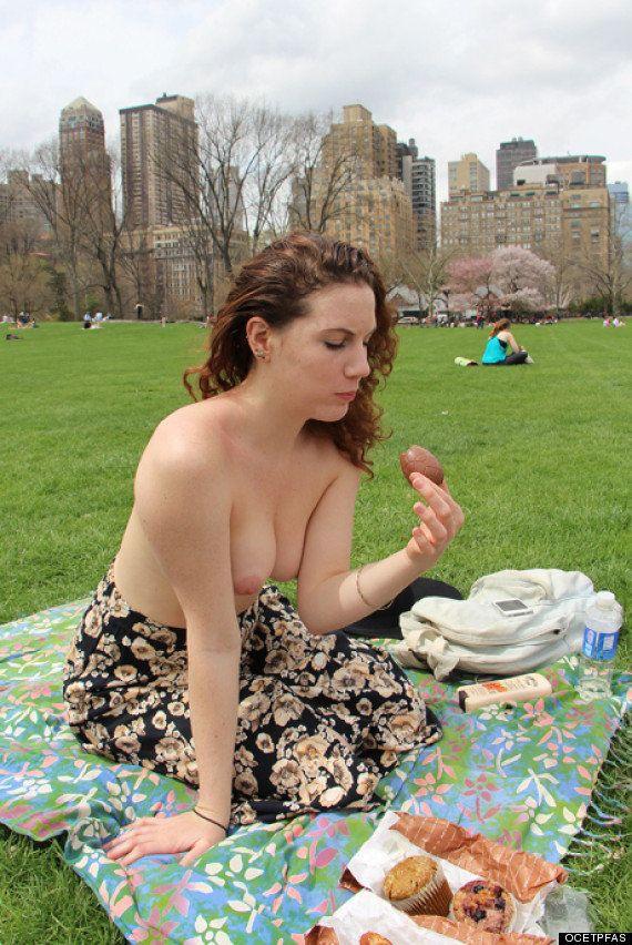 Mulheres fazem topless em Nova York para ler livros de