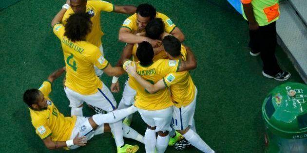 Neymar escorrega na hora de comemorar gol de Thiago Silva no jogo contra Colômbia