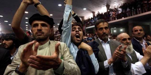 Milhares protestam em apoio a candidato afegão derrotado; EUA alertam contra