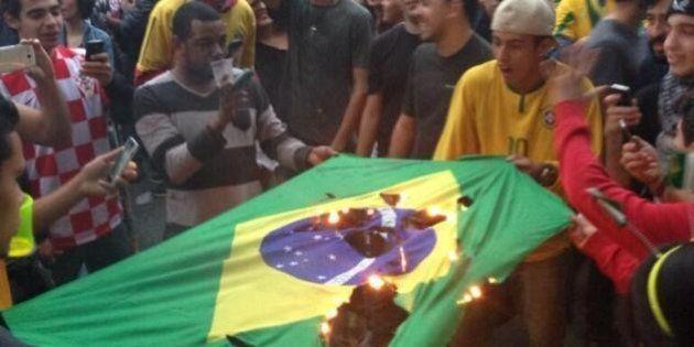 Brasil x Alemanha: Torcedores queimam bandeira do Brasil na Vila Madalena, em São