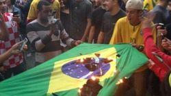 #vergonha: indignados, torcedores queimam bandeira do Brasil na Vila