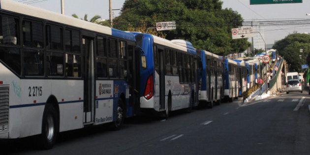 São Paulo bate recorde de trânsito, vive dia de caos com greve de ônibus, que pode continuar e ganhar...