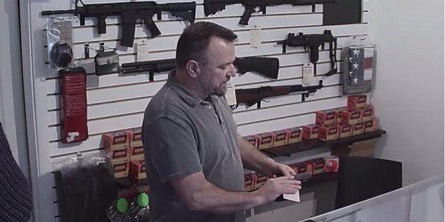 Organização americana promove campanha criativa e chocante para conscientizar sobre os perigos das armas...