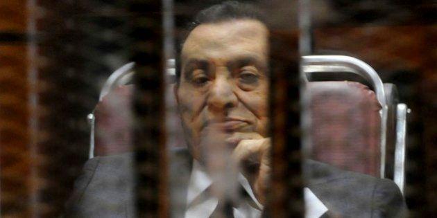 Mubarak é condenado a 3 anos de prisão por roubo de dinheiro