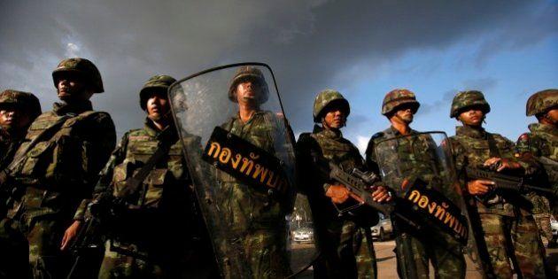 Exército da Tailândia anuncia golpe de Estado e retira manifestantes da