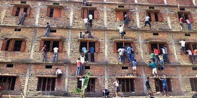 Estudantes fraudam provas na Índia com ajuda dos pais e
