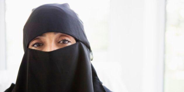 Turista é expulsa de espetáculo na Ópera de Paris por usar niqab, veste tradicional