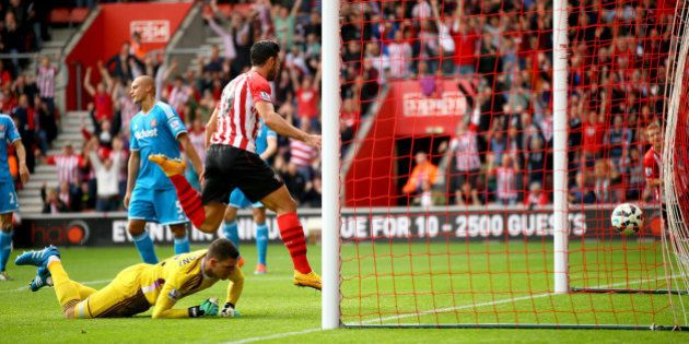 SOUTHAMPTON, ENGLAND - OCTOBER 18: Graziano Pelle of Southampton scores the 2nd goal during the Barclays...