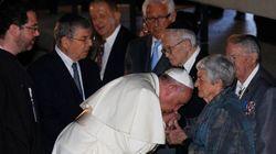 Papa beija as mãos de sobreviventes do