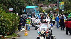 Entre protestos e gritos de apoio, Seleção chega à Granja