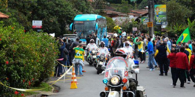 Copa 2014: Seleção chega à Granja Comary entre protestos e gritos de