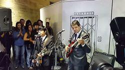 ASSISTA: Haddad toca 'Blackbird' com banda cover dos Beatles em