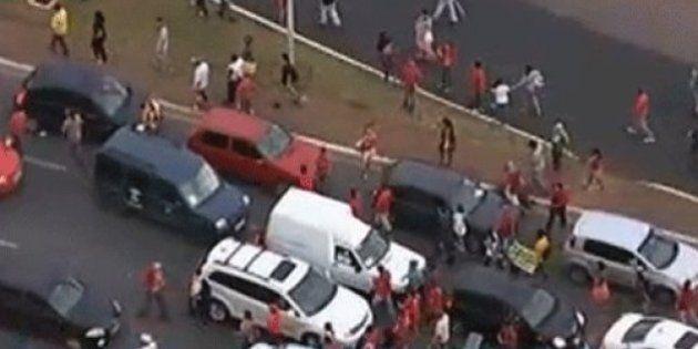 Manifestantes entram em confronto com a PM em protesto contra a Copa em