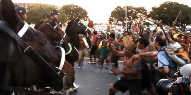 Índios disparam flechas contra PM a cavalo em protesto contra a