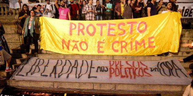 Justiça manda soltar 13 ativistas presos no Rio; PM prende quatro policiais suspeitos de