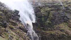 Eita! Ventos fortes na Inglaterra fazem queda d'água