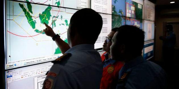 Investigações de acidente da Air Asia se concentram em clima e