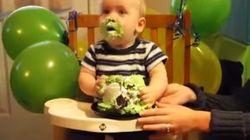Neném devora seu bolo de aniversário como todos nós