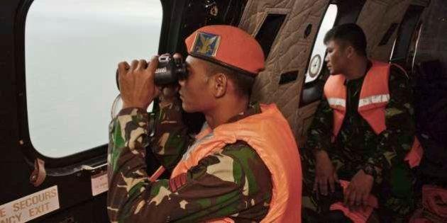 AirAsia: Equipes de resgate enfrentam tempo ruim na busca por destroços e